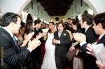Os padrinhos fizeram um corredor para a saída dos noivos